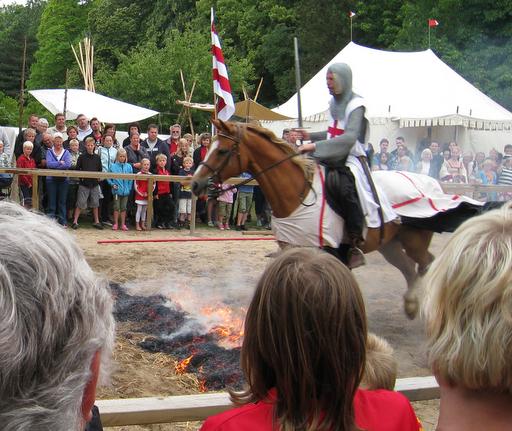 En ridder til hest springer over ild