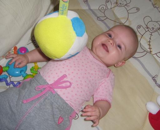 Ellen kigger på en bold og griner