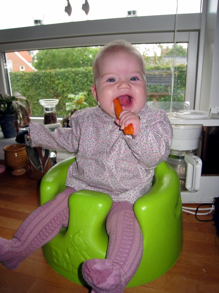 Ellen på køkkenbordet med gulerod
