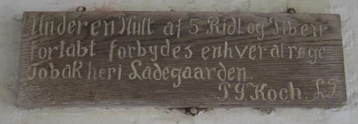 Skilt i porten på Ulstrup Slot