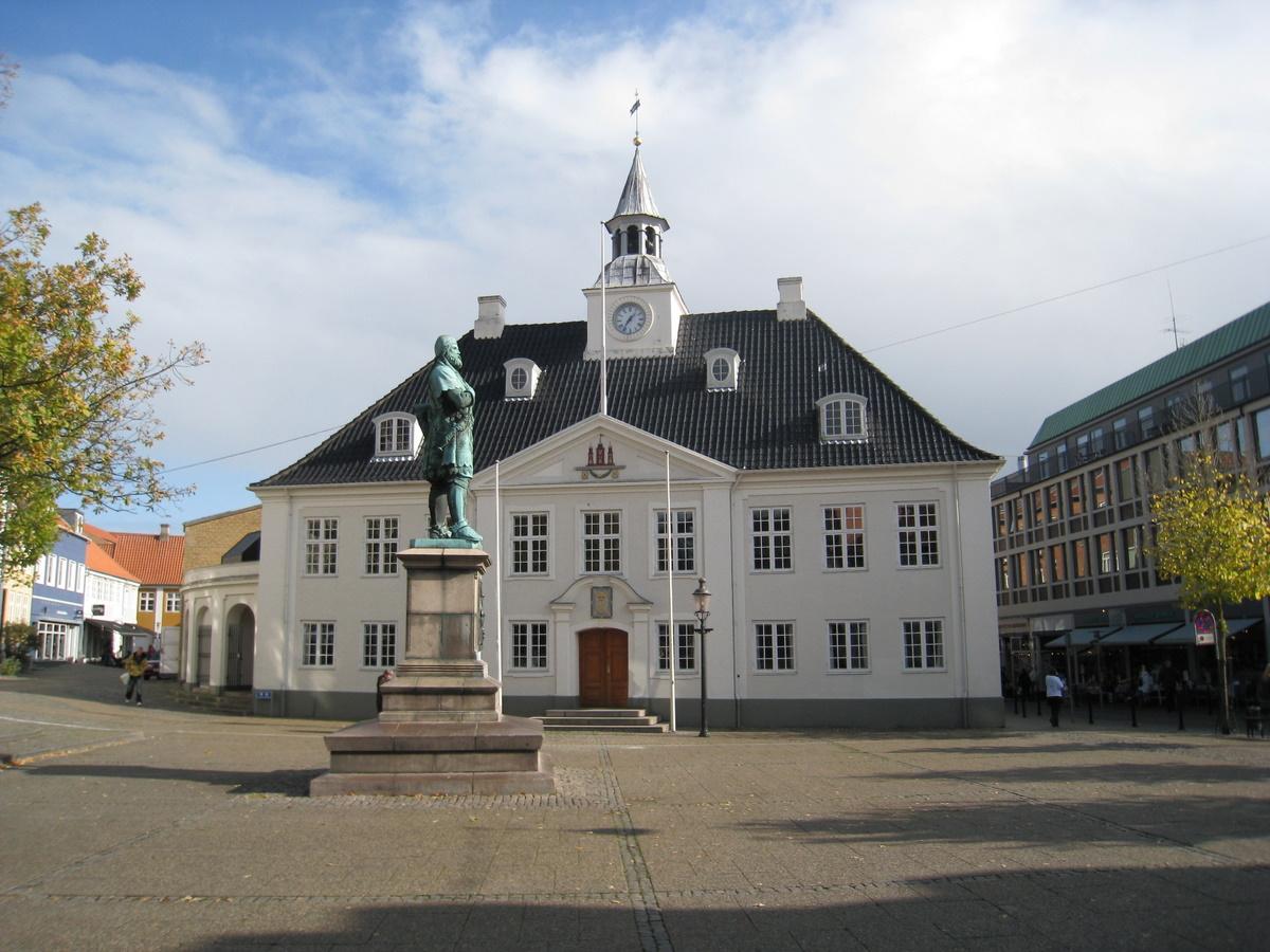 Власти датского Рандерса включили в меню государственных учреждений свинину