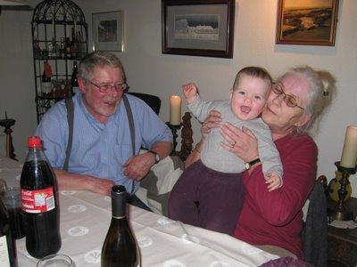 Ellen hygger sig med morfar og mormor.