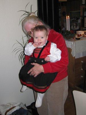Ellen i bunad - en barselsgave fra mormors norske penneven, Trine.
