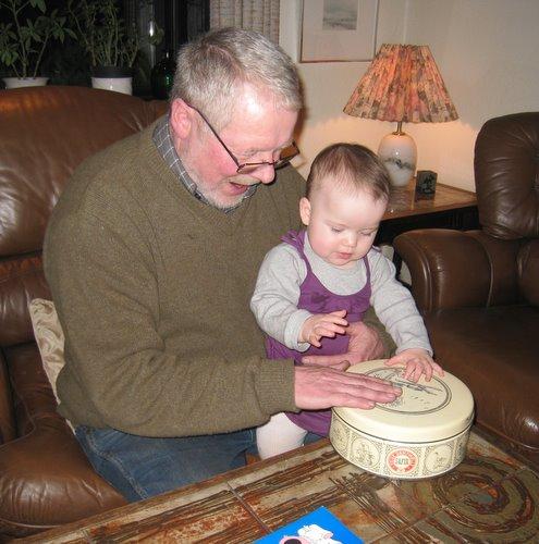 Morfar og Ellen trommer.