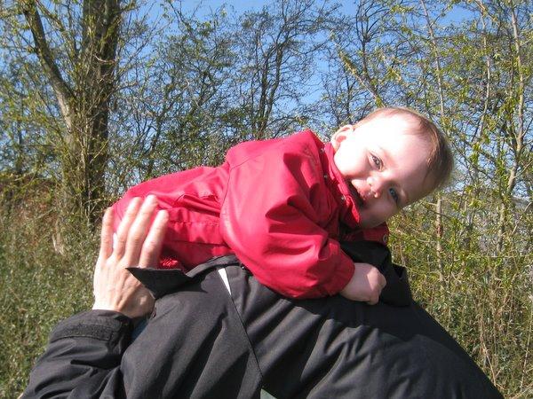 Far skal lige have styr på hvilken vej ungen skal vende, når hun skal op på skuldrene at sidde.
