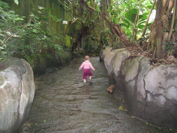 På vej på opdagelse - mens hun endnu havde bukser på.