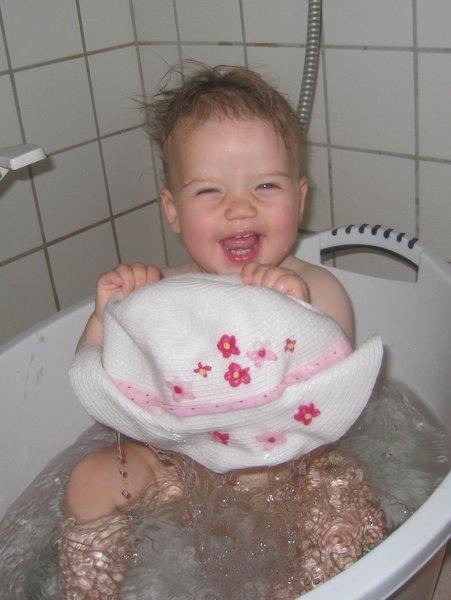 Pludselig sad Ellen i badekarret igen - med sin hat.