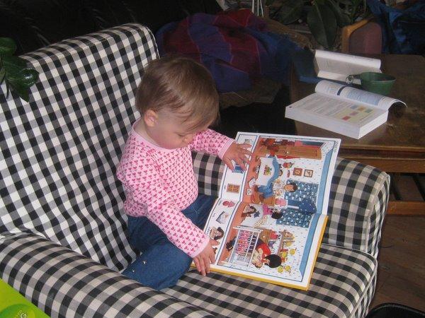 Ellen hygger sig med en bog. Hun ligner lidt sine forældre.