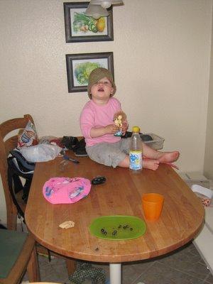 Så kan Ellen kravle op på spisebordet.