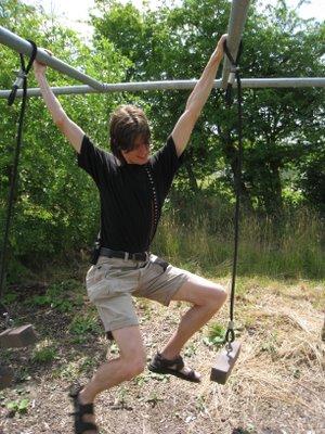 Kåre leger Tarzan.