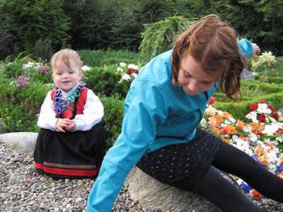 Ellen og Christina ved oldemor og oldefars grav.