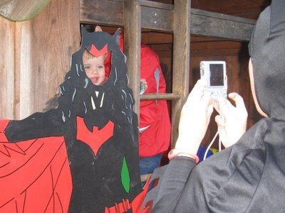 Batman tager et billede af Ellen som Batwoman.