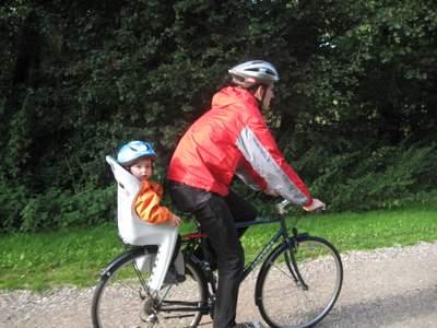 Kåre og Ellen cykler afsted.