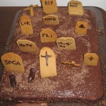 Mit bud på en kage. Det der står på gravstenene er geocachernavne.