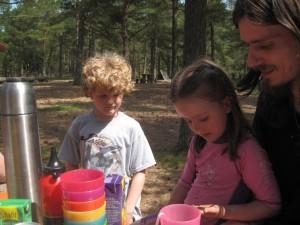 Ellen og Lochlan leger med en sommerfuglelarve