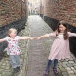 Ellen og Karen i en gyde i Middelburg, Walcheren, Holland